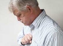 den dåliga halsbrännamanpensionären lider Arkivbilder