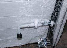 den dörrhandtaget och nyckelhålet täckas med stränga froster för frost dörrfrysningar iskallt handtag och lås som täckas med snöf royaltyfria foton
