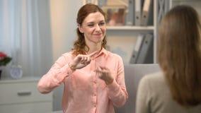Den döva kvinnan som säger dig, är min bästa vän, damen som för undertecknar dig i teckenspråk arkivfilmer