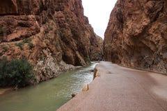 Den Dades klyftan är en klyfta av den Dades floden i kartbokberg i Marocko royaltyfri fotografi