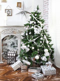 Den dagliga inre prydde ut med julgranen och spisen Royaltyfri Bild