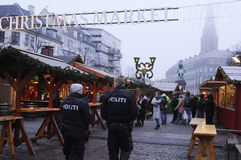 DEN DANSKA POLISEN PATRULLERAR CHRISTMA-MARKNADEN OCH FINANSIERAR OMRÅDE Arkivfoto
