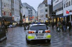 DEN DANSKA POLISEN PATRULLERAR CHRISTMA-MARKNADEN OCH FINANSIERAR OMRÅDE Royaltyfria Bilder
