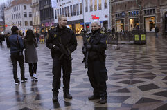 DEN DANSKA POLISEN PATRULLERAR CHRISTMA-MARKNADEN OCH FINANSIERAR OMRÅDE Arkivfoton