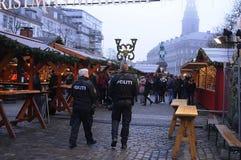 DEN DANSKA POLISEN PATRULLERAR CHRISTMA-MARKNADEN OCH FINANSIERAR OMRÅDE Royaltyfri Fotografi