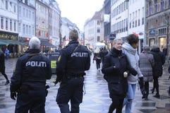 DEN DANSKA POLISEN PATRULLERAR CHRISTMA-MARKNADEN OCH FINANSIERAR OMRÅDE Royaltyfri Foto