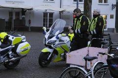 DEN DANSKA POLISEN PATRULLERAR CHRISTMA-MARKNADEN OCH FINANSIERAR OMRÅDE Fotografering för Bildbyråer