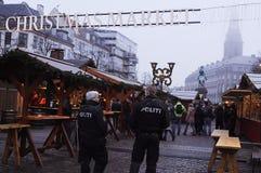 DEN DANSKA POLISEN PATRULLERAR CHRISTMA-MARKNADEN OCH FINANSIERAR OMRÅDE Royaltyfri Bild