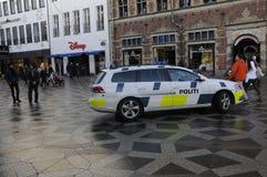 DEN DANSKA POLISEN PATRULLERAR DEN FINANSIELLA GATAN OCH CHRITMAS-MARKNADER Royaltyfri Bild