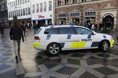 DEN DANSKA POLISEN PATRULLERAR DEN FINANSIELLA GATAN OCH CHRITMAS-MARKNADER Royaltyfri Fotografi
