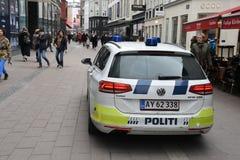 Den danska polisen patrullerar staden med polisautomatiskn royaltyfri bild