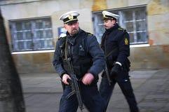 DEN DANSKA POLISEN SOM ÄR TJÄNSTGÖRANDE TILL PROTACT QEEN AV DANMARK Arkivbild