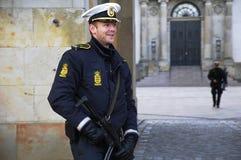 DEN DANSKA POLISEN SOM ÄR TJÄNSTGÖRANDE TILL PROTACT QEEN AV DANMARK Arkivfoto