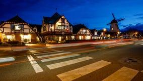 Den danska staden av Solvang, Kalifornien på natten Timelapse royaltyfri foto