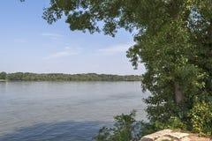 Den Danube River bortgången till och med staden av list, Bulgarien arkivbild