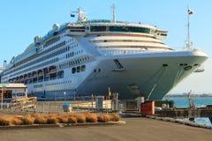 Den Dawn Princess för kryssningeyeliner` `en i port på monteringen Maunganui, Nya Zeeland royaltyfri fotografi