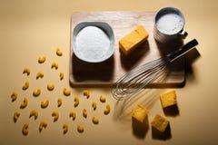 Den Deconstructed macen och ost för fritt mejeri för gluten fria som illustrerad av ingredienserna och hjälpmedlen behövde göra r royaltyfria bilder