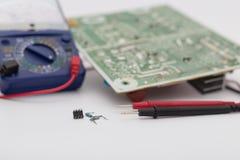 Den defekta apparaten togs bort från bräde för elektronisk strömkrets Afte royaltyfri foto