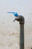 Den defekta vattenkranen, flöde för vattenkrankontrollvatten förbi Open och stänger funktion av användaren Arkivbild
