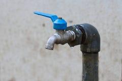 Den defekta vattenkranen, flöde för vattenkrankontrollvatten förbi Open och stänger funktion av användaren Fotografering för Bildbyråer