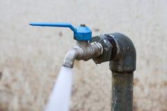 Den defekta vattenkranen, flöde för vattenkrankontrollvatten förbi Open och stänger funktion av användaren Royaltyfri Fotografi