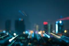Den Defocused abstrakta stadsnatten tänder bakgrund Fotografering för Bildbyråer