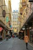 Den Degraves gatan är ett smalt laneway i Melbournes CBD, som presenterar stänger, shoppar, kaféer, buskers och grafittikonst royaltyfria bilder