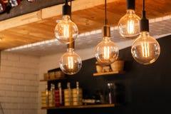 Den dekorativa antikviteten LEDDE ljusa kulor för volfram som hänger på tak royaltyfri bild
