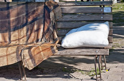 Den dekorativa bänken på den Pejzazhna gränden i Kiev Ukraina Royaltyfria Bilder