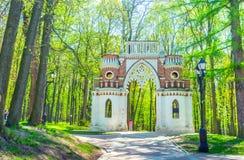 Den dekorativa bågen i Tsaritsyno Royaltyfria Foton