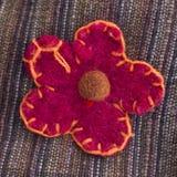 Den dekorativa blomman sydde på tyg Arkivfoton