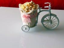 Den dekorativa cykeln bär popcorn i en vagn royaltyfria bilder