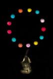 Den dekorativa elefanten spelar med bollar i luften 2 Royaltyfri Bild
