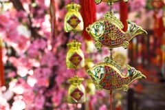 Den dekorativa fisken formade att hänga på ett träd arkivbilder