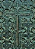 Den dekorativa kristen korsar på dörrarna av koppar Royaltyfria Bilder