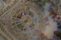 Den dekorativa ljuskronan sköt underifrån i en slott i Tyskland arkivbild