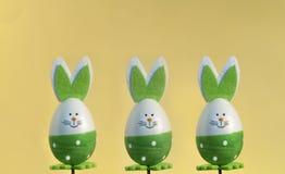 Den dekorativa påsken oavbrutet tjata på en pinne, lyckliga easter Royaltyfria Foton