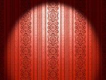 Den dekorativa skinande mönstrade tapeten på väggen tände vid en strålkastare Arkivfoto