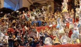 Den dekorativa statyetten på stall med garneringar för vinterferier på traditionell årlig jul marknadsför i Zagreb arkivfoton