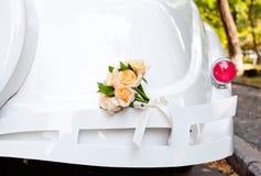 den dekorerade bilen blommar bröllop Arkivbilder