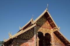Den dekorerade fasaden av wat jed yod arkivbild