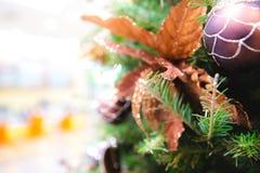 Den dekorerade julgranen med leksaker, gåvaask, sörjer lite, ljus och struntsaken arkivbilder