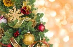 Den dekorerade julgranen på abstrakt begrepp tänder bakgrund, begrepp för hälsningkort Fotografering för Bildbyråer