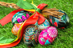 Den dekorerade påsken piskar och målade dekorerade påskägg Arkivfoto