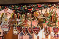 Den dekorerade pepparkakan i jul marknadsför kiosket arkivbild