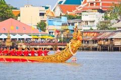 Den dekorerade pråm ståtar förbi den storslagna slotten på Chao Phraya River Royaltyfria Bilder