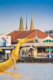 Den dekorerade pråm ståtar förbi den storslagna slotten på Chao Phraya River Arkivfoto