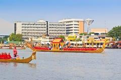 Den dekorerade pråm ståtar förbi den storslagna slotten på Chao Phraya River Arkivbild