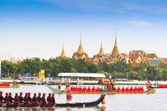 Den dekorerade pråm ståtar förbi den storslagna slotten på Chao Phraya River Royaltyfria Foton