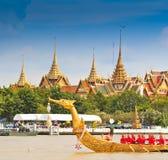 Den dekorerade pråm ståtar förbi den storslagna slotten på Chao Phraya River Fotografering för Bildbyråer